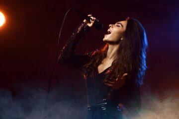 [:it]cantante canta su un palco[:]